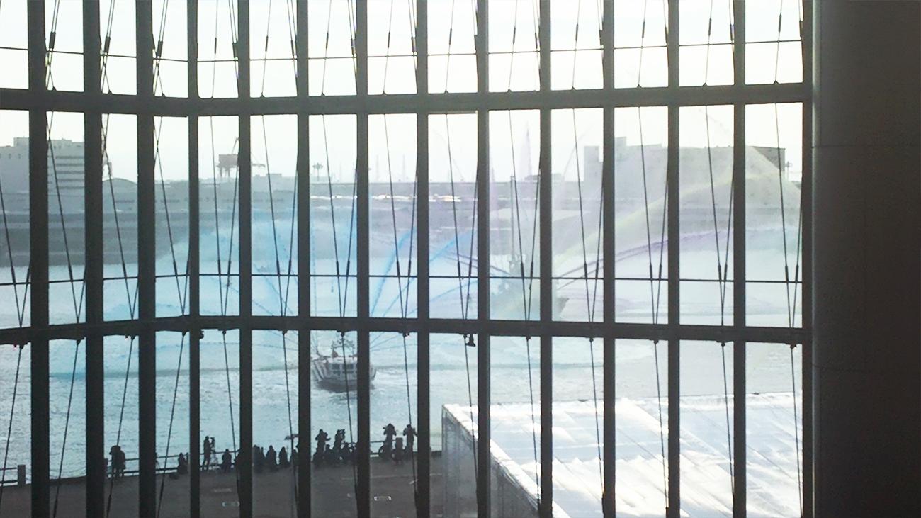 放水艇からのカラフルな放水(青・紫)